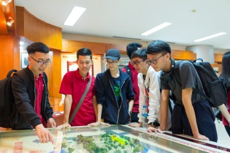 The students paid a visit to Traditional Room inside Ta Quang Buu Library